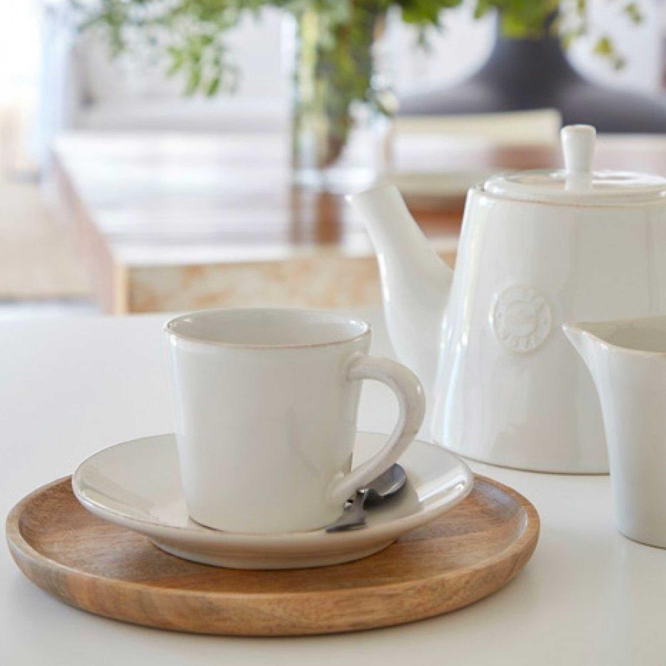 Weisse Espressotasse mit Untersetzer aus Steingut | Geschirr von Costa Nova | Geschenk | Pflegeleicht für das Büro | Spülmaschine geeignet | Onlineshop