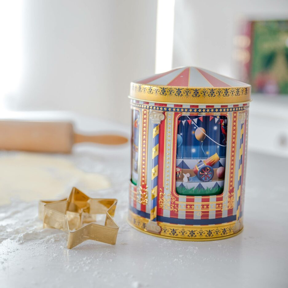 Spieluhrdose für Plätzchen ♥ Dose für Weihnachtsplätzchen als Weihnachtsdeko. Das Karussell mit den Artisten in der Mitte dreht sich & spielt eine Melodie ☆ Keksdose von Stylebox mit Musik online kaufen
