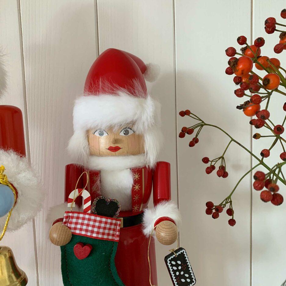 Nussknacker Frau, Holzfigur Nikolaus aus dem Erzgebirge ♥ zum Knacken von Nüssen & als winterliche Deko. Adventsdeko online kaufen | Sympatischer Service | Onlineshop