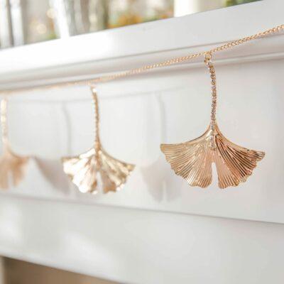 Deko Girlande mit Gingko Blättern in Gold und 100 cm Länge von der Marke J-line. Entdecke hübsche Deko und Möbel im Boho Stil