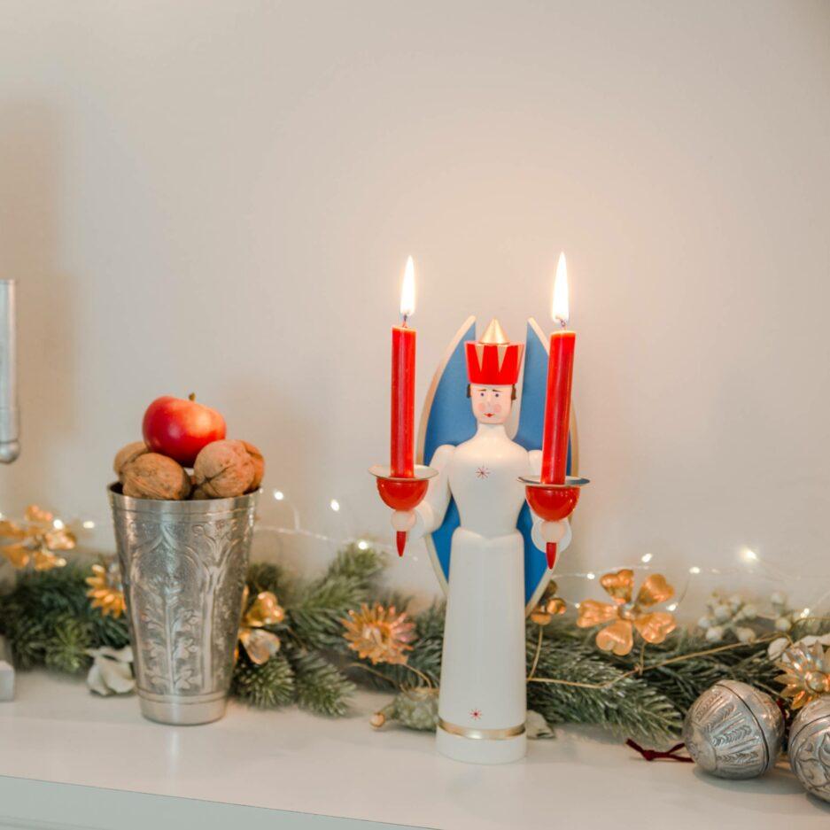 Kerzenhalter Engel aus dem Erzgebirge. Er ist traditionell der Schutzengel der Bergleute und Handarbeit. Dekofigur online kaufen