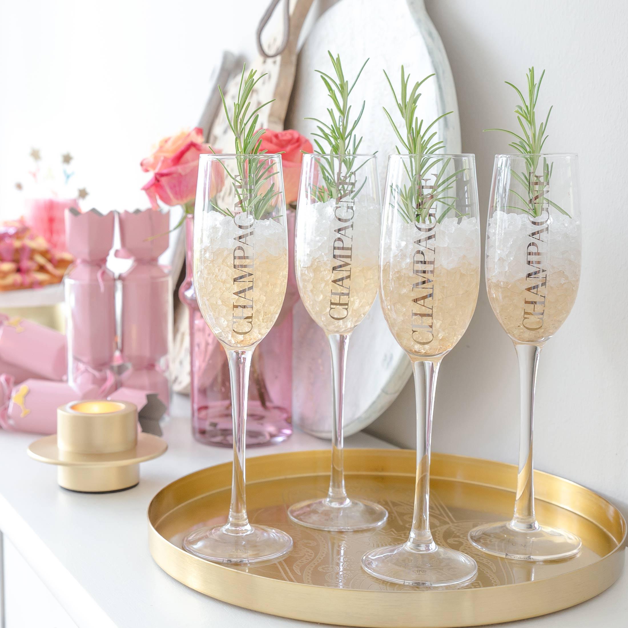 """Champagner Glas in Silber von der Marke Jline. Die Gläser haben den Schriftzug """"Champagne"""" angebracht und laden zum Feiern ein"""