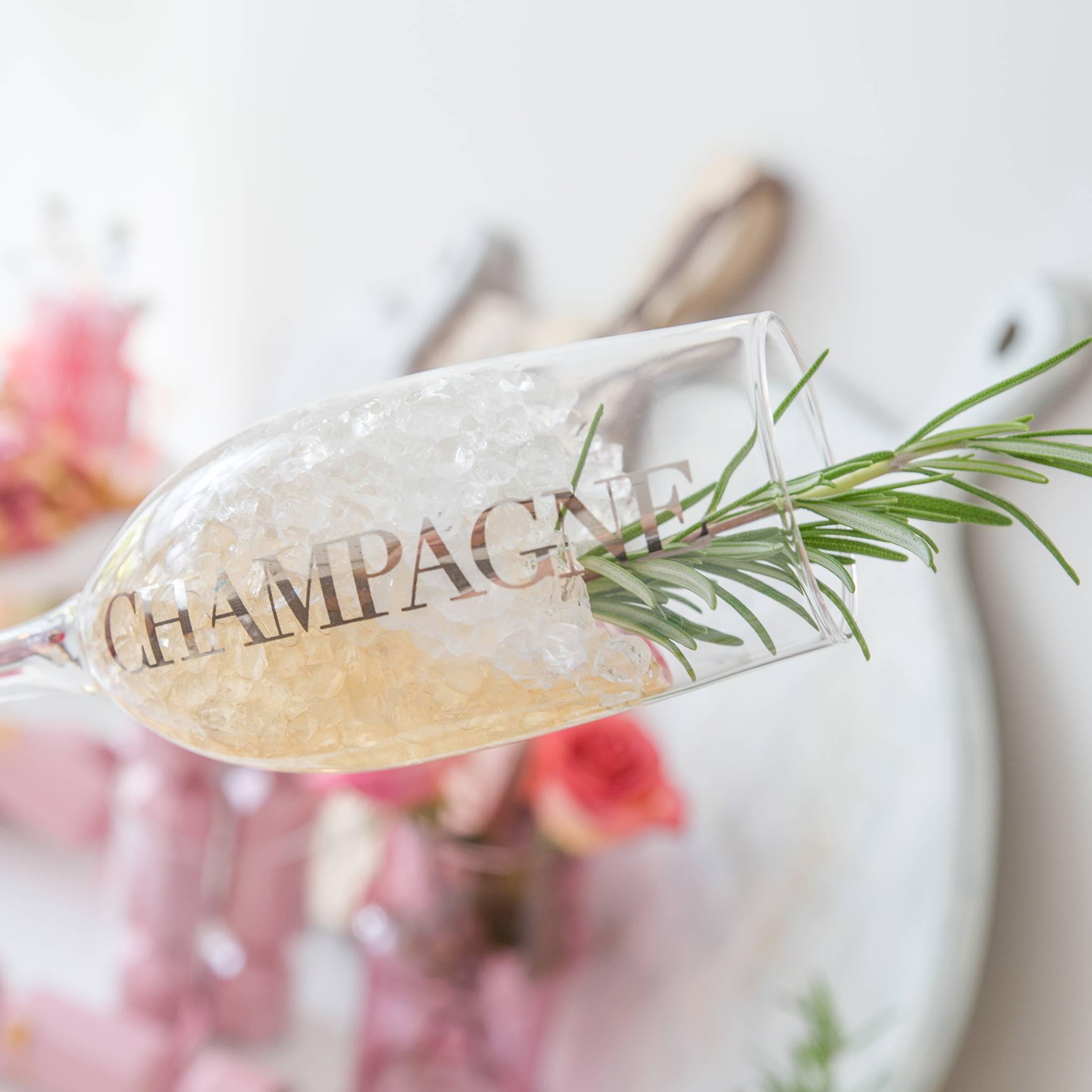 """Champagner Glas in Silber von der Marke Jline. Die festlichen Champagner-Gläser tragen den Schriftzug """"Champagne"""" und laden zum Feiern ein"""