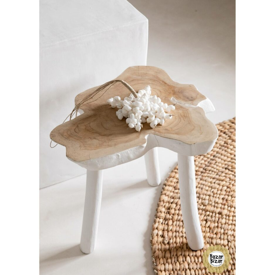 Organic Side Table Weiß Beistelltisch aus Teakholz im Boho Style von Bazar Bizar. Hocker aus Holz aus einer Baumscheibe, in Weiß mit 45x40cm