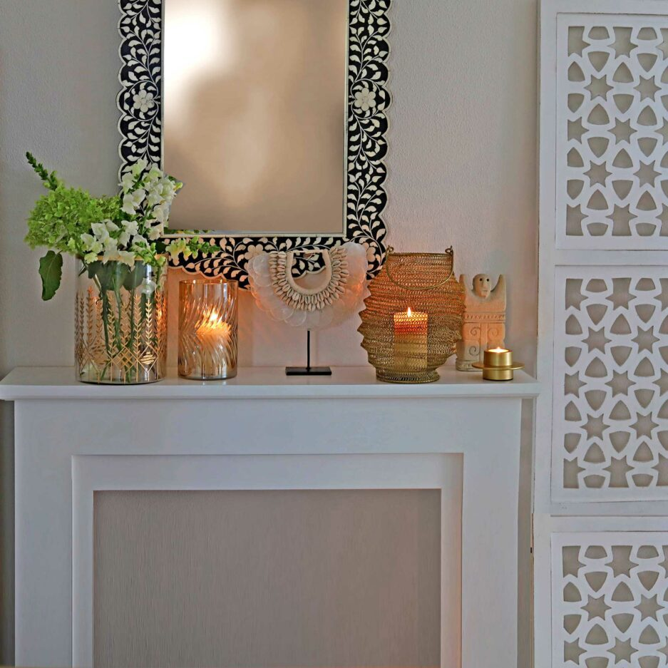Wohndeko mit Windlicht und Muschelketten und Vasen