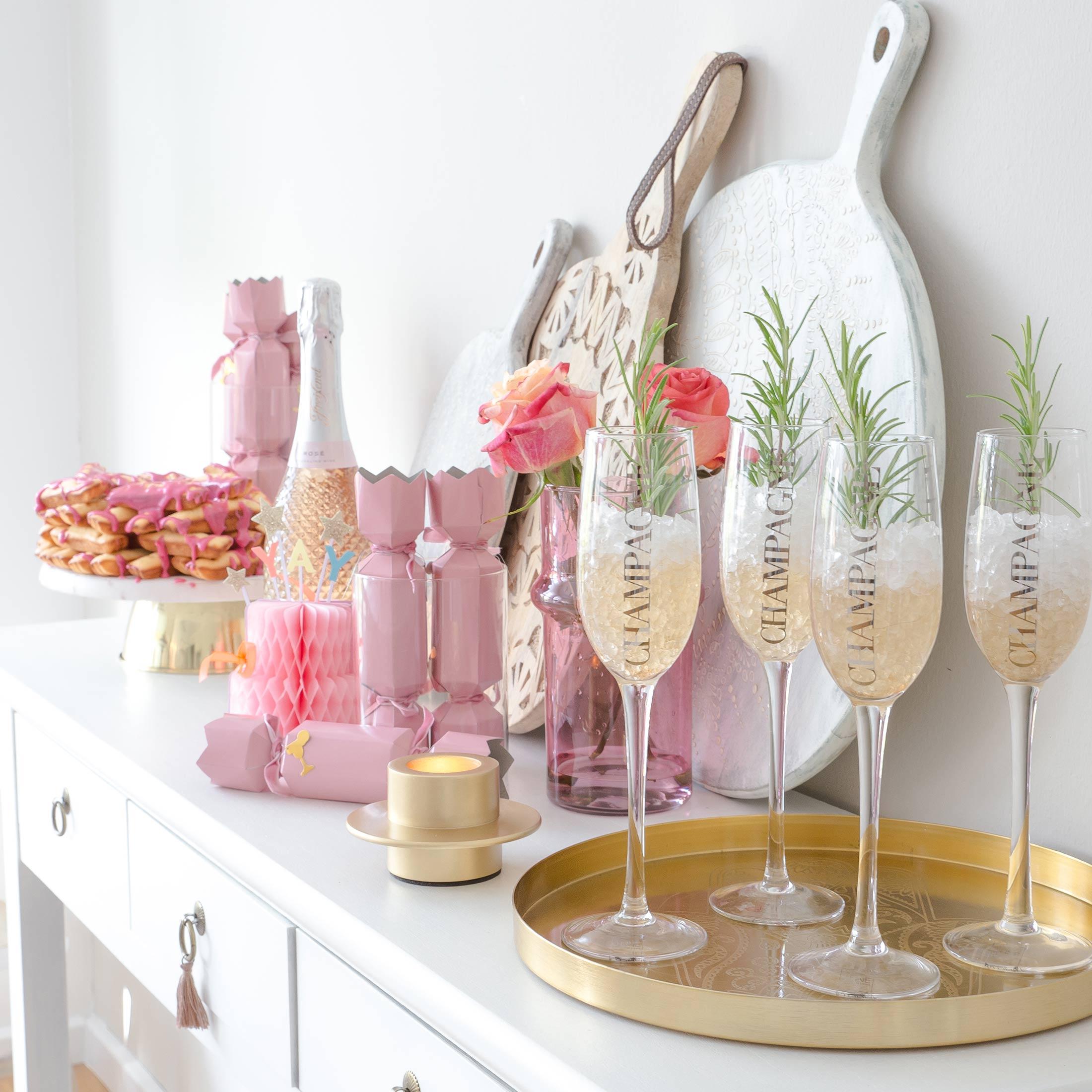 Tischknaller mit Überraschung für Silvester von der Marke Klevering. Lustige Tischdeko für die ganze Familie. Tischdeko und Knallbonbon online kaufen