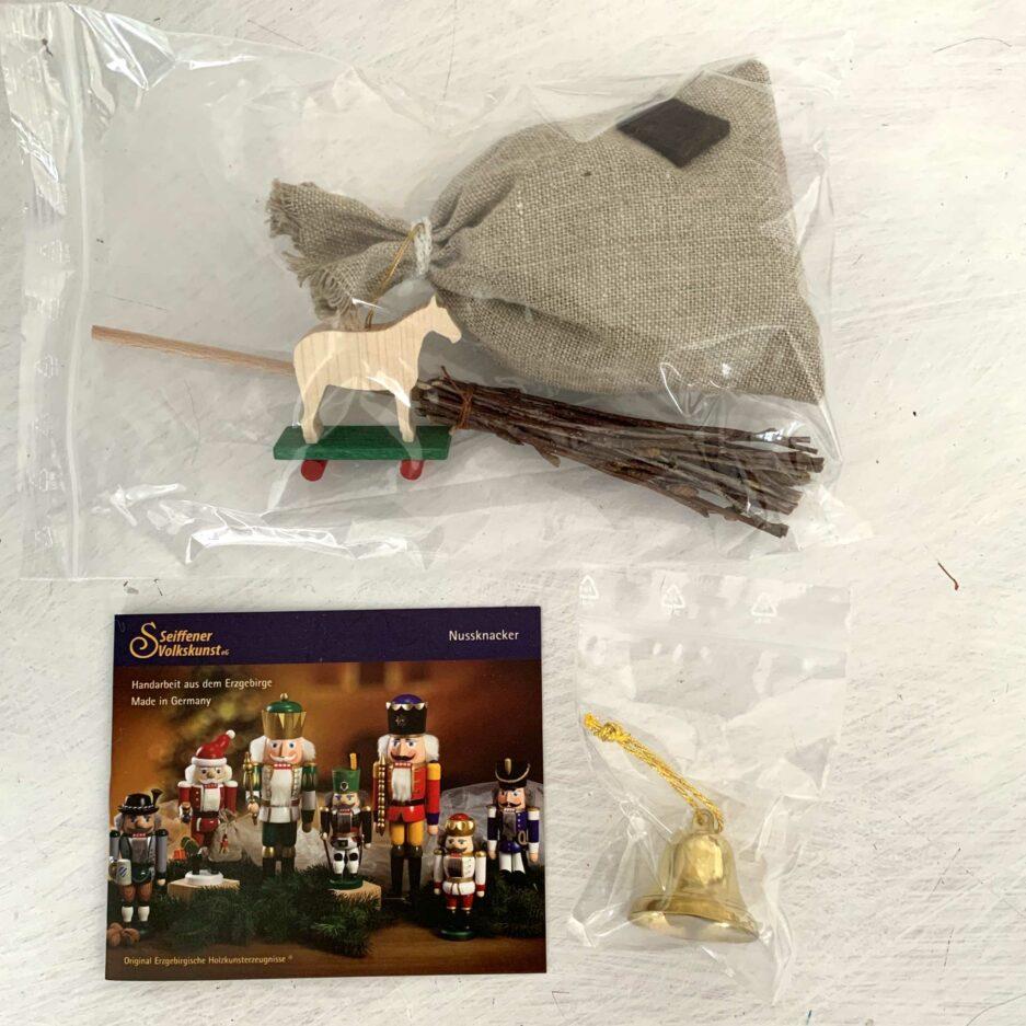 Nussknacker Nikolaus aus Holz in Geschenk Verpackung. Mit Details, eine Glocke und ein Säckchen. Der Weihnachtsmann Mr. Santa ist ein tolles Weihnachtsgeschenk | Erzgebirge Figur