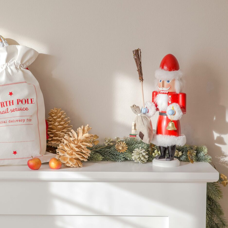 Der Weihnachtsmann Nussknacker Mr. Santa ist eine wunderschöne und nützliche Holzfigur zum Knacken von leckeren Nüssen | Erzgebirge Figur