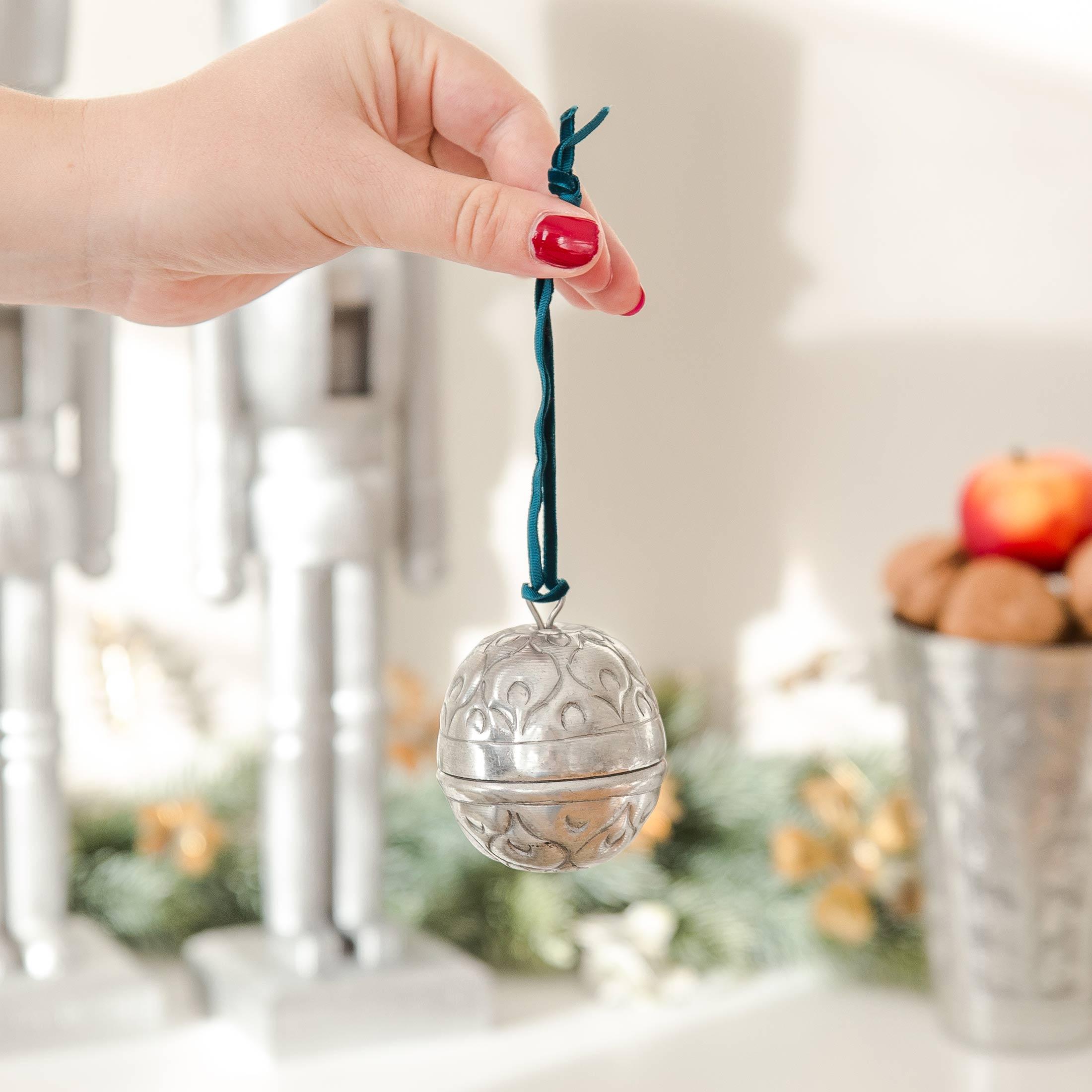 Marokkanische Weihnachts-Kugeln und Geschenk-Verpackung mit Samtband zum Aufhängen| Kugeln zum öffnen von der Marke Van Verre. Christbaumschmuck aus Metall, Silber mit Muster online kaufen