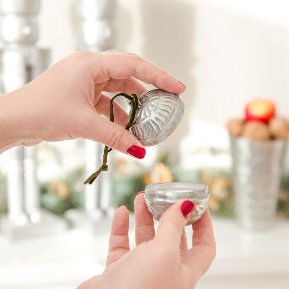 Marokkanische Christbaumdeko und Geschenk-Verpackung für einen Ring | Kugeln zum öffnen von der Marke Van Verre. Christbaumschmuck aus Metall, Silber mit Muster online kaufen