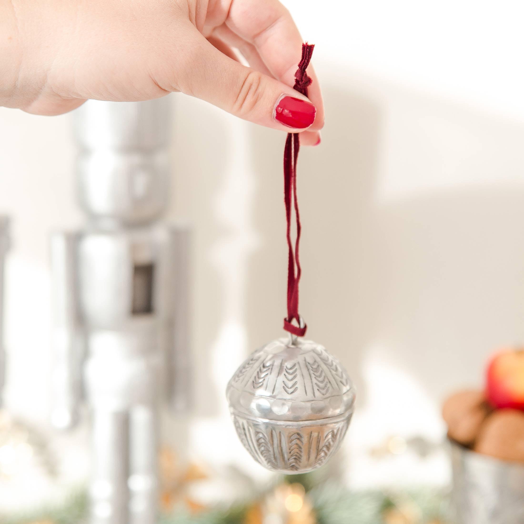 Marokkanische Weihnachtsdeko in vielen Farben zum öffnen von der Marke Van Verre. Christbaumschmuck aus Metall, Silber mit Muster