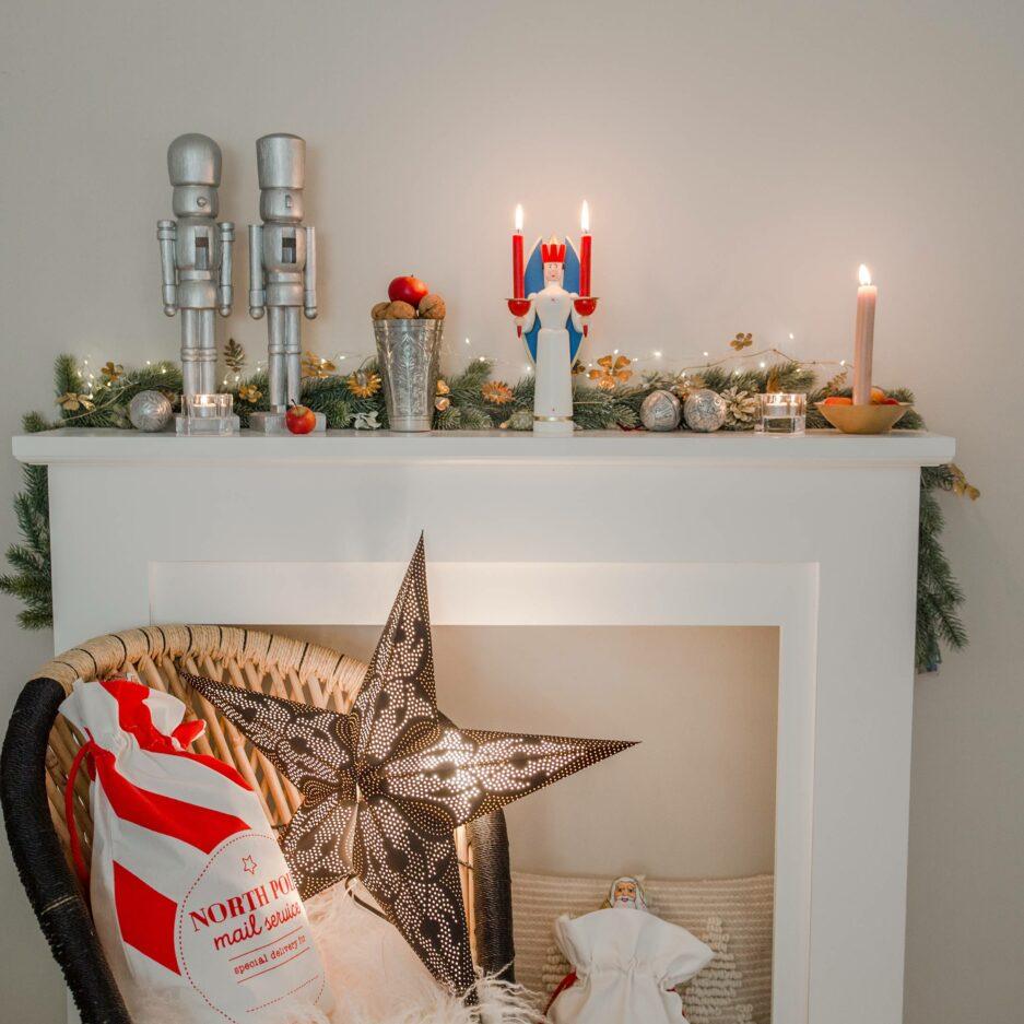 """Schwarzer Weihnachtsstern, Papierstern mit einem Lochmuster und einer Lichtquelle von der Marke Van Verre. Der Stern """"Damascus"""" ist 60cm groß, handgemacht. Soulbirdee.com"""