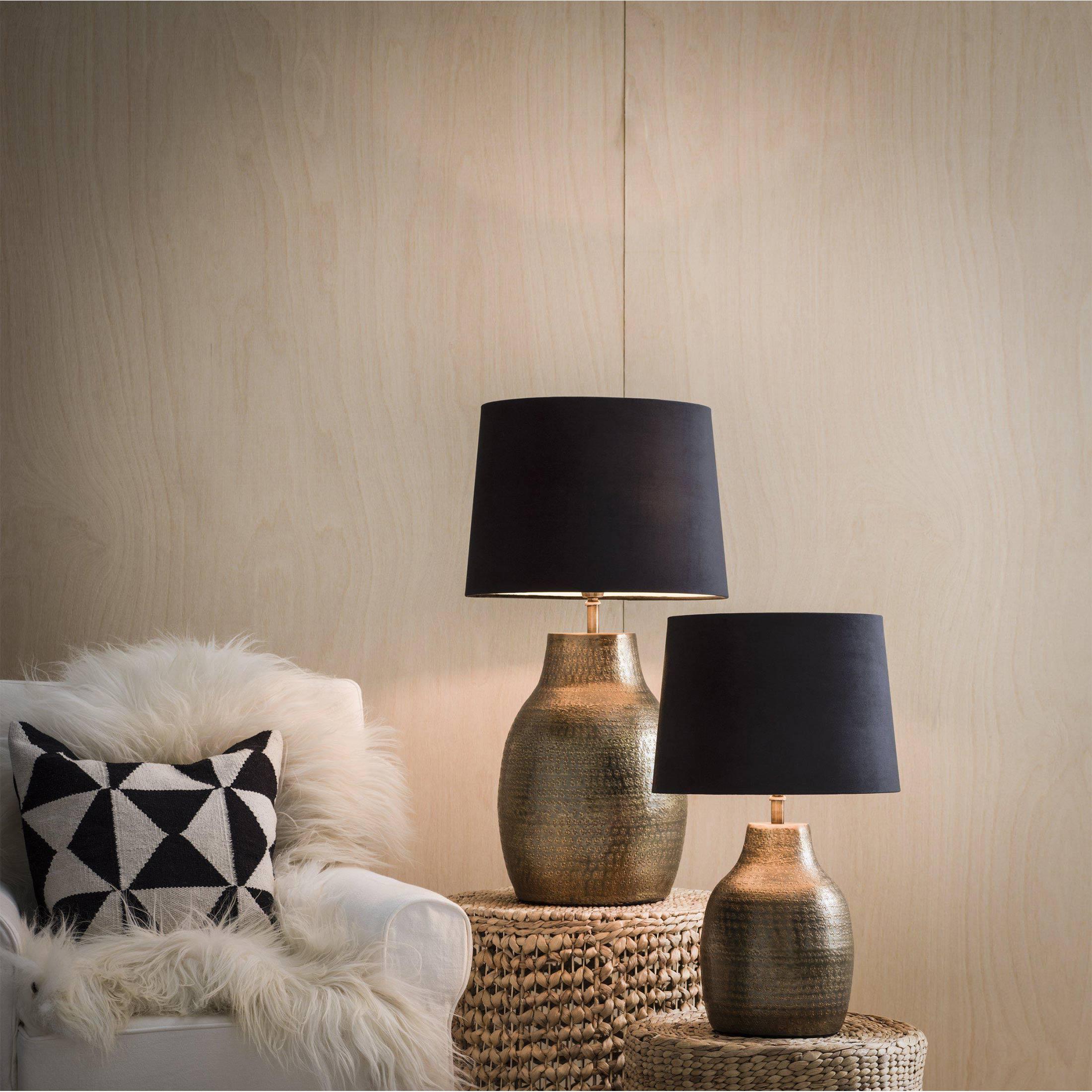 Marokkanische Lampe aus Metall von der Marke PR Home. Tischlampe aus gehämmerten Metall und Lapenschirm mit 40cm Höhe für das Schlafzimmer