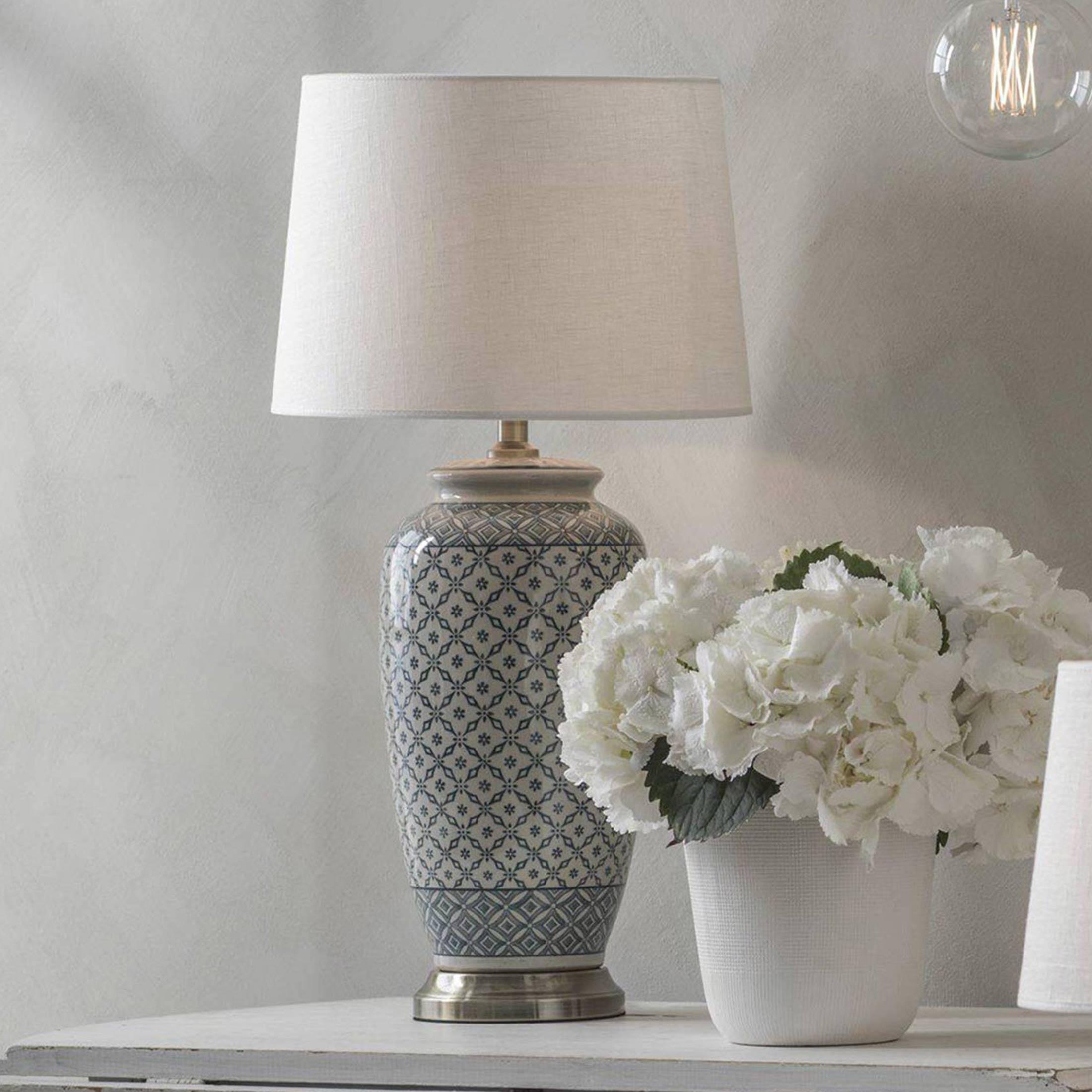Chinesische Vasen Lampe aus Keramik in Blau von der Marke PR Home. Tischlampe mit Lampenschirm im chinesischen Wohnstil von Soulbirdee