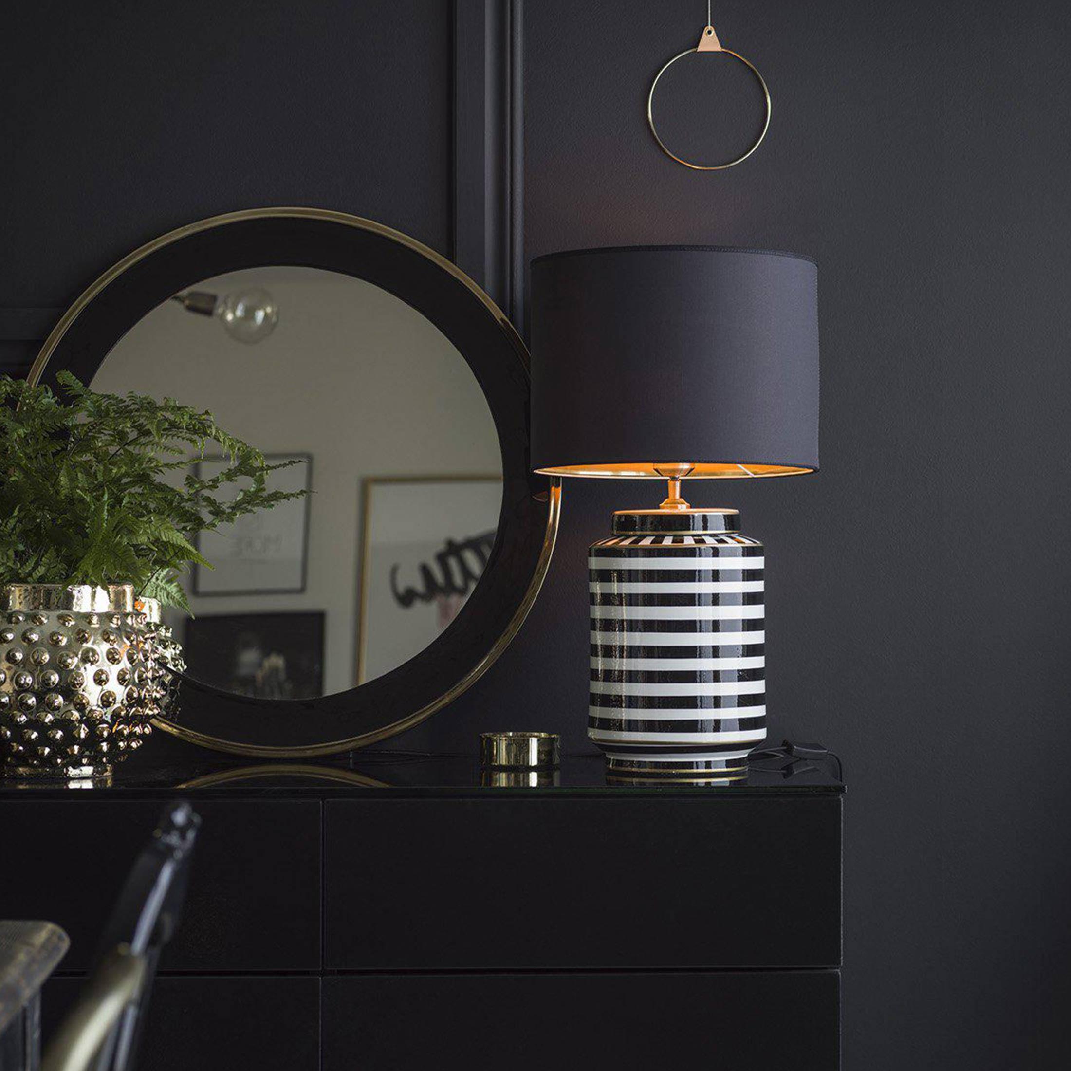Gestreifte Lampe aus Keramik mit Lampenschirm von der Marke PR Home aus Schweden. Tischlampe im eleganten Stil für das Wohnzimmer