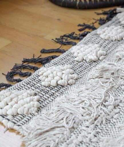 Teppich im Bohemian Stil in Creme Weiß Schwarz mit Fransen, 120x170cm. Wohnzimmerteppich mit Fransen im Boho Look jetzt bei Soulbirdee.com
