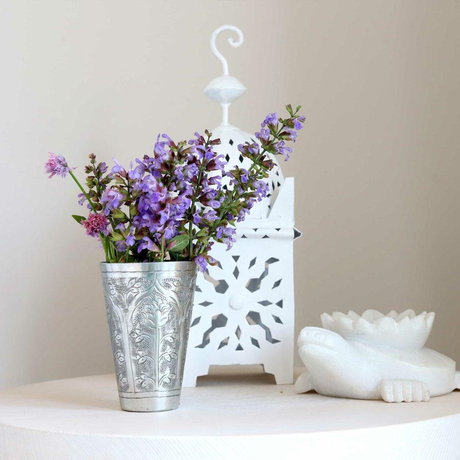 Marokkanische Vase aus gehämmertem Metall von der Marke Van Verre. Lassi Becher für die Dekoration als Vase im marokkanischen Wohnstil