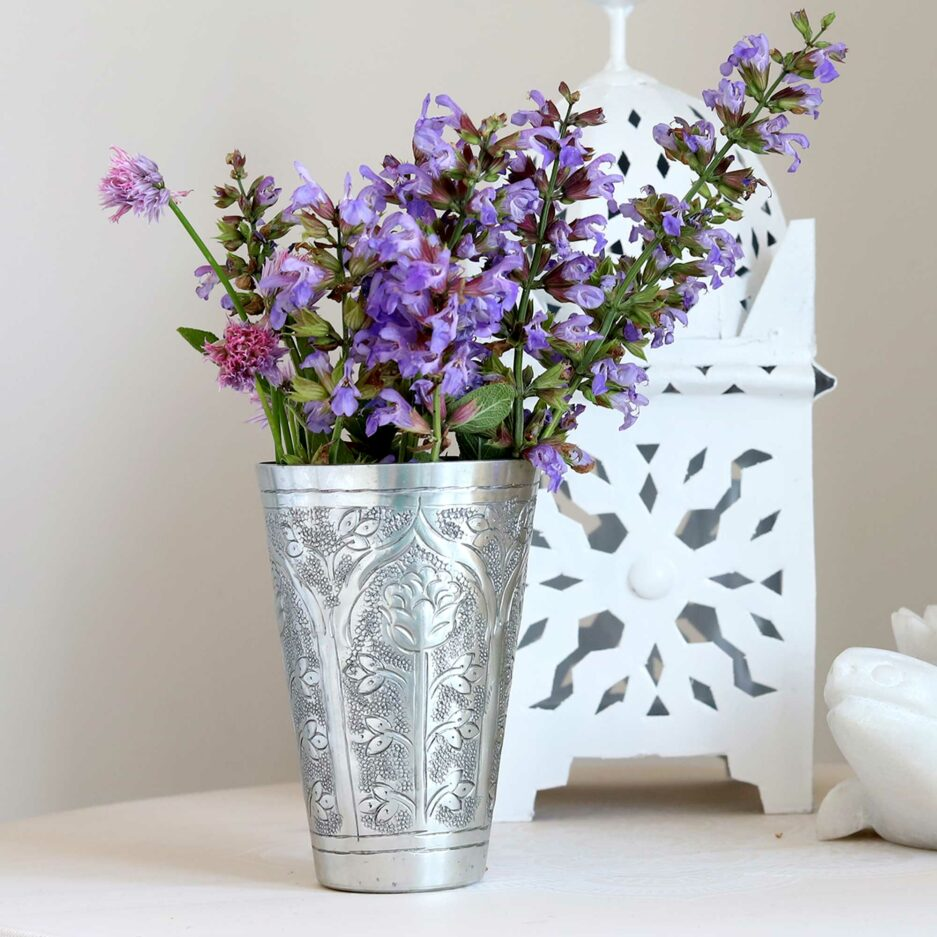 Marokkanischer Silber Becher aus gehämmertem Metall von der Marke Van Verre. Lassi Becher für die Dekoration als Vase im marokkanischen Wohnstil