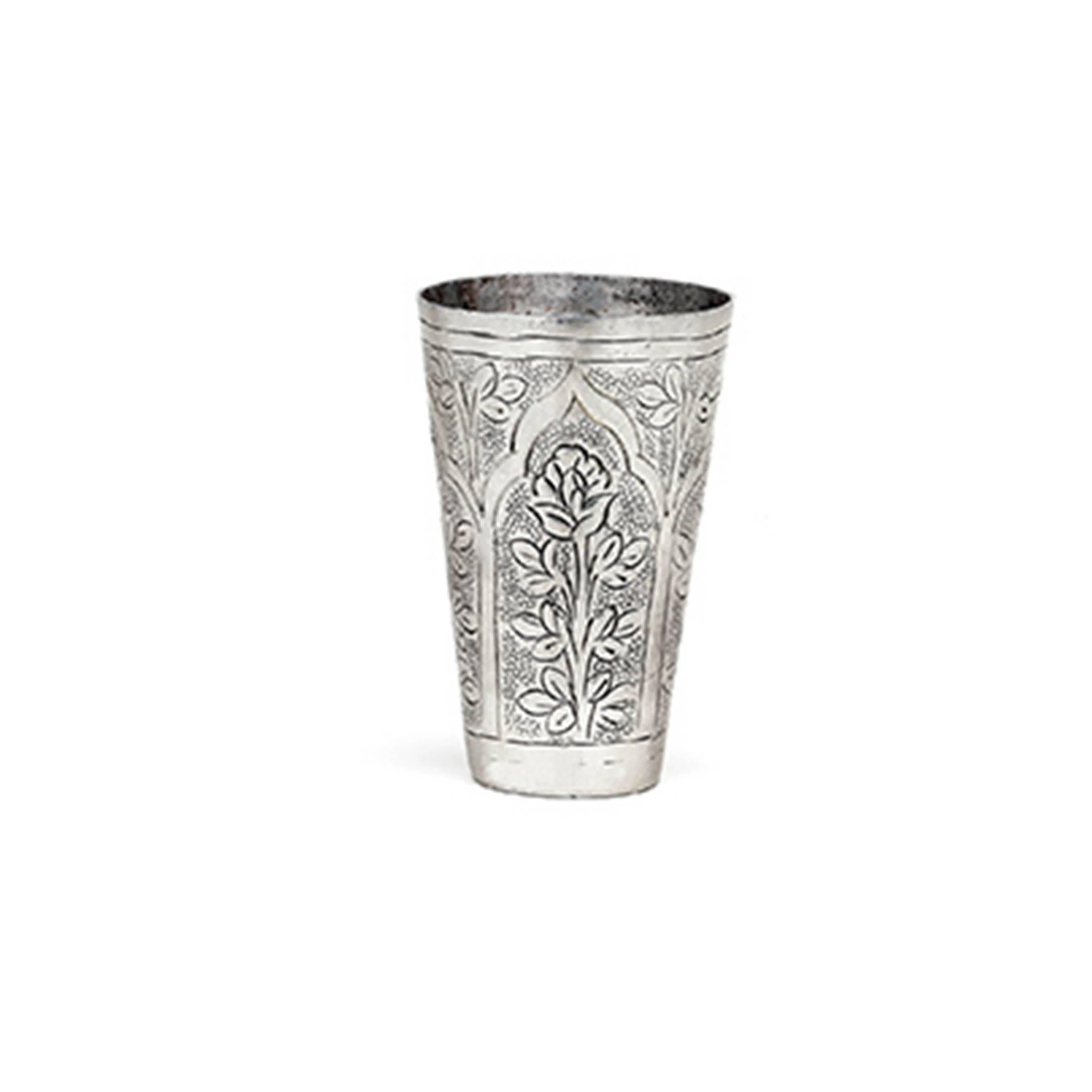 Marokkanischer Becher aus gehämmertem Metall von der Marke Van Verre. Lassi Becher für die Dekoration als Vase im marokkanischen Wohnstil