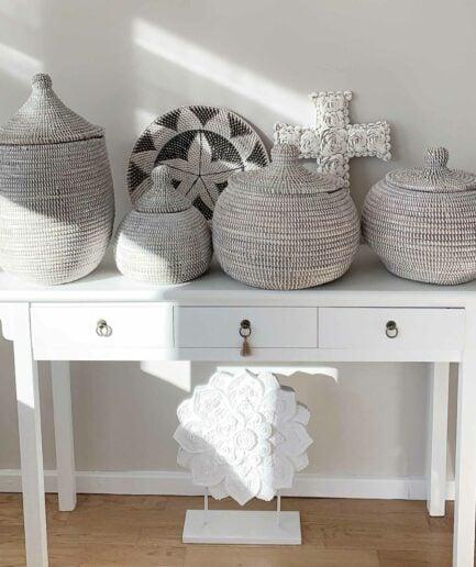 Weisse Deckelkörbe aus Afrika als Wohndeko und Boho Dekoration ♥ Korb mit Deckel online kaufen ♥ Für die Aufbewahrung von kleinen Schätzen in der Küche oder im Badezimmer