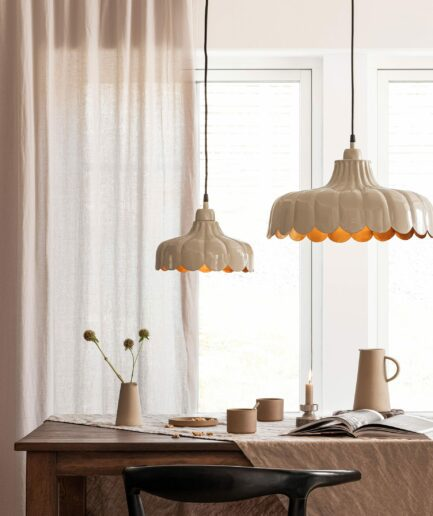 Deckenlampe im Landhausstil aus Metall in Weiß von der Marke PR Home aus Schweden. Skandinavische Deckenleuchten kaufen in Blumenform