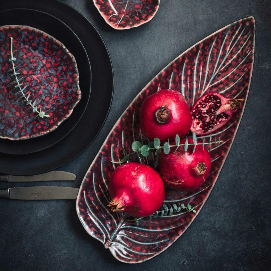 Platte Strelizia Blatt Riviera Vigne, Rotes Blatt Geschirr von Christian Tortu für Costa Nova. Geschirr online kaufen für Festtage bei Soulbirdee