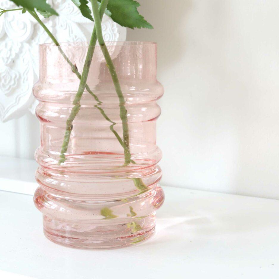 Glasvase in Lachs, eine Glasvase für Tulpen, Mohn oder mittelhohe Blumen | Skandinavische Vase in Pastell in moderner Form. Soulbirdee Onlineshop