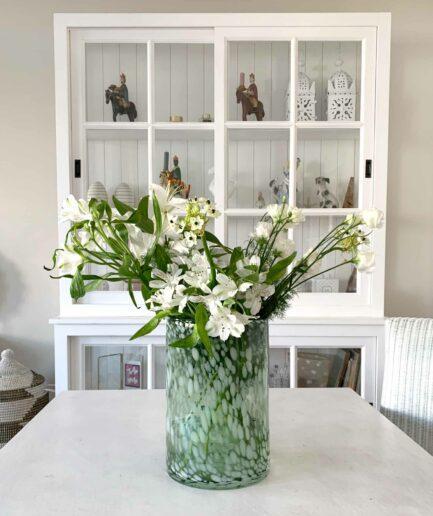 Vase mit Tupfen in 2 Größen von der Marke J-Line / Jolipa. Blumenvase mit 30cm und 23cm Höhe aus getigertem Glas bei Soulbirdee kaufen