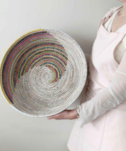 Bunter Korb als Oster-Nest 2021 ♥ geflochtene Korb-Schale aus Savannen-Gras & Plastikbändern. Osterdeko online kaufen, Soulbirdee