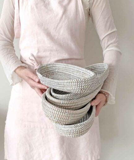 Brotkörbchen OSTERNEST ♥ Weisser geflochtener Brotkorb aus Savannen-Gras mit weissen Plastikbändern. Geschirr und Aufbewahrung online kaufen, Soulbirdee