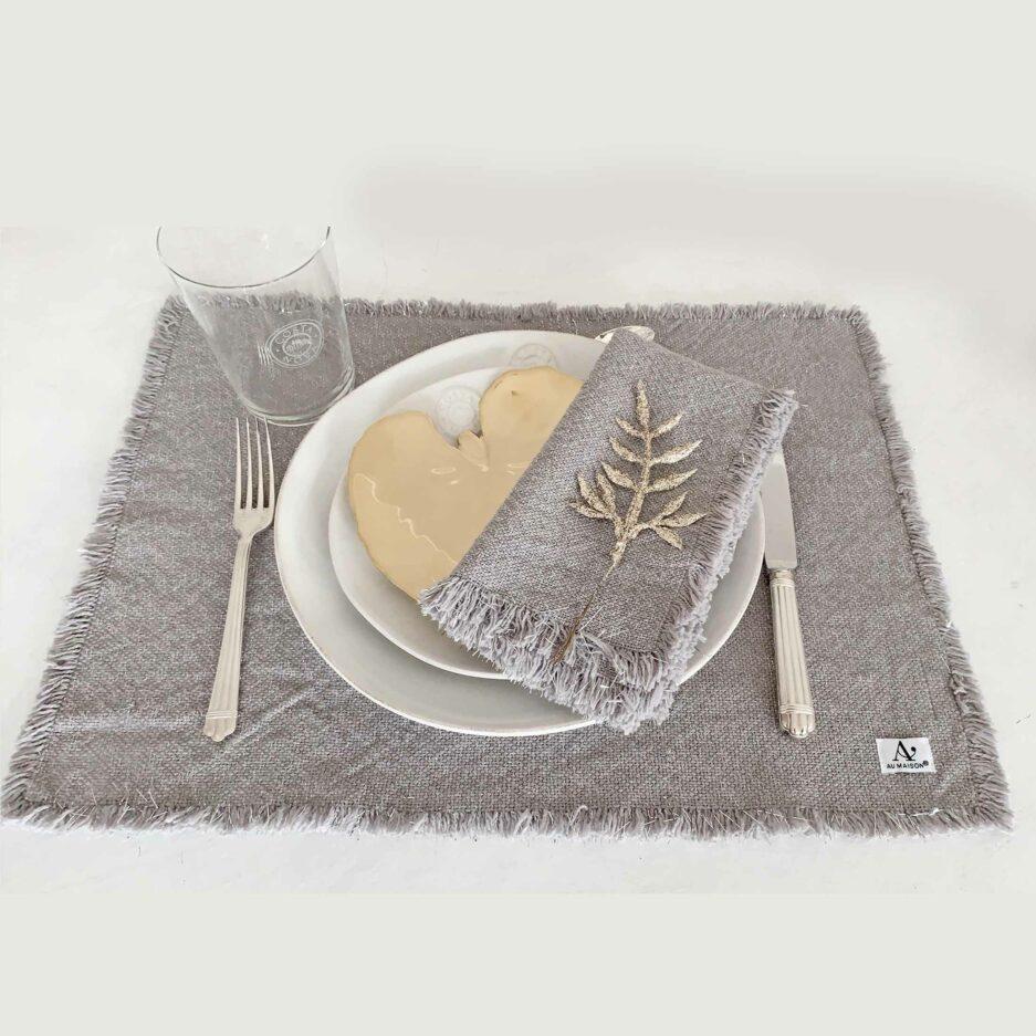 Graue Stoff-Servietten mit silber Glitzerfäden aus Baumwolle von der Marke Au Maison. Servietten aus Stoff, waschbar für die elegante Tischdeko bei Soulbirdee kaufen
