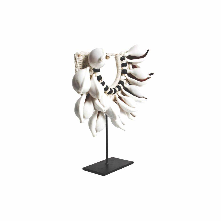 Boho Style Deko Muschelkette | Replik einer Halskette aus Muscheln, auf einem Ständer aus schwarzem Metall | Bohemian Dekoration | Boho