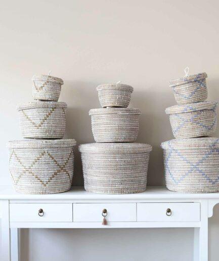 Korb Set in Weiss ♥ Afrikanische, stapelbare Deckel-Körbe aus Savannen-Gras mit Ethno Muster. Aufbewahrung online kaufen, Soulbirdee