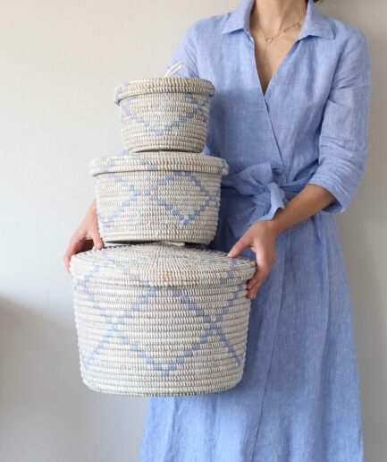 Korbset bestehend aus 3 stapelbaren Körben. Mit blauem Muster.