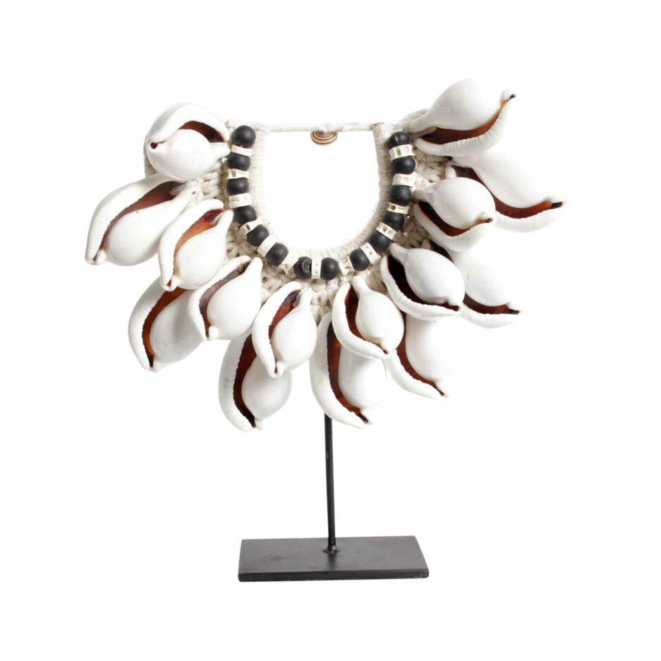 Tribal Style Deko Muschelkette | Replik einer Halskette aus Muscheln, auf einem Ständer aus schwarzem Metall | Bohemian Dekoration | Boho