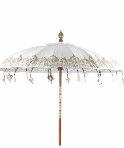 Boho Bali Sonnenschirm mit hellem Baldachin und goldenen Details und Stange aus Teak-Holz ♥ Boho Wohndeko kaufen bei Soulbirdee Onlineshop