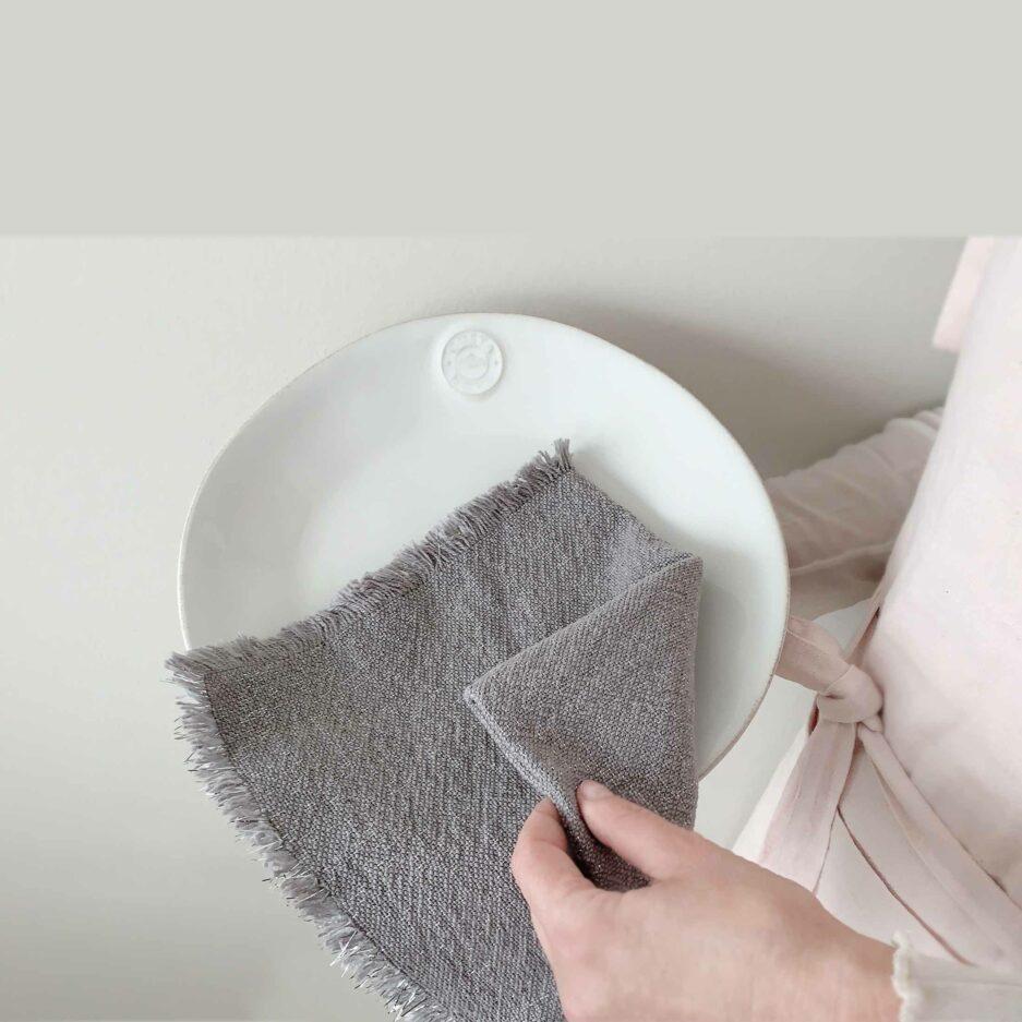 Graue glitzernde Stoff-Servietten mit silber Glitzerfäden aus Baumwolle von der Marke Au Maison. Servietten aus Stoff, waschbar für die elegante Tischdeko bei Soulbirdee kaufen