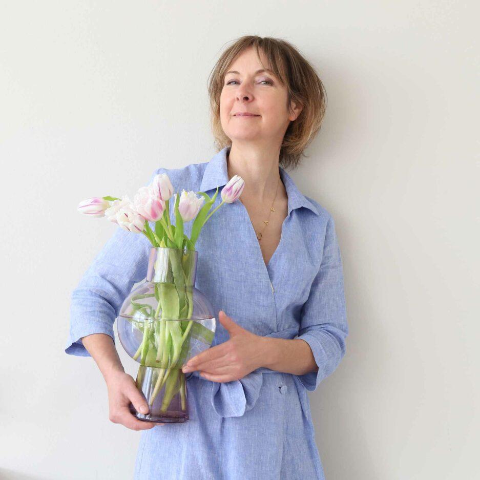 Glas Vase Bubbles in Himbeer-Farbton aus der 2021 Kollektion der Marke Madam Stoltz ♥ Süße Vasen finden Sie im Soulbirdee Onlineshop