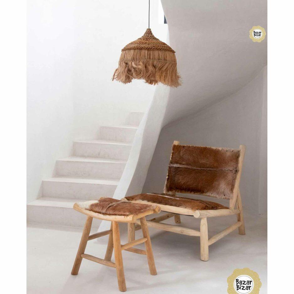 The Island Comfy Stool im Bohemian Wohnstil aus Holz & Fell. Dekoratives Sitzmöbel aus Holz von Bazar Bizar ♥ Ziegenfell Sessel online kaufen