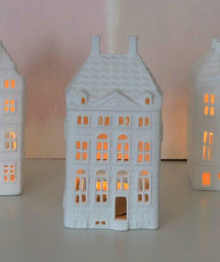 Rembrandthaus Grachtenhaus Amsterdam, Weißes Lichthaus mit Teelichtern abends illuminiert, Weißes Teelicht Haus aus Porzellan