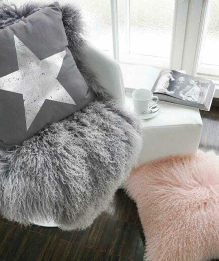 Schaffell Grau-Weiss 60 x 100 cm als wärmende Unterlage auf dem Esstisch-Stuhl oder als Deko auf dem Sofa. Weiches Schaffell von Soulbirdee Onlineshop