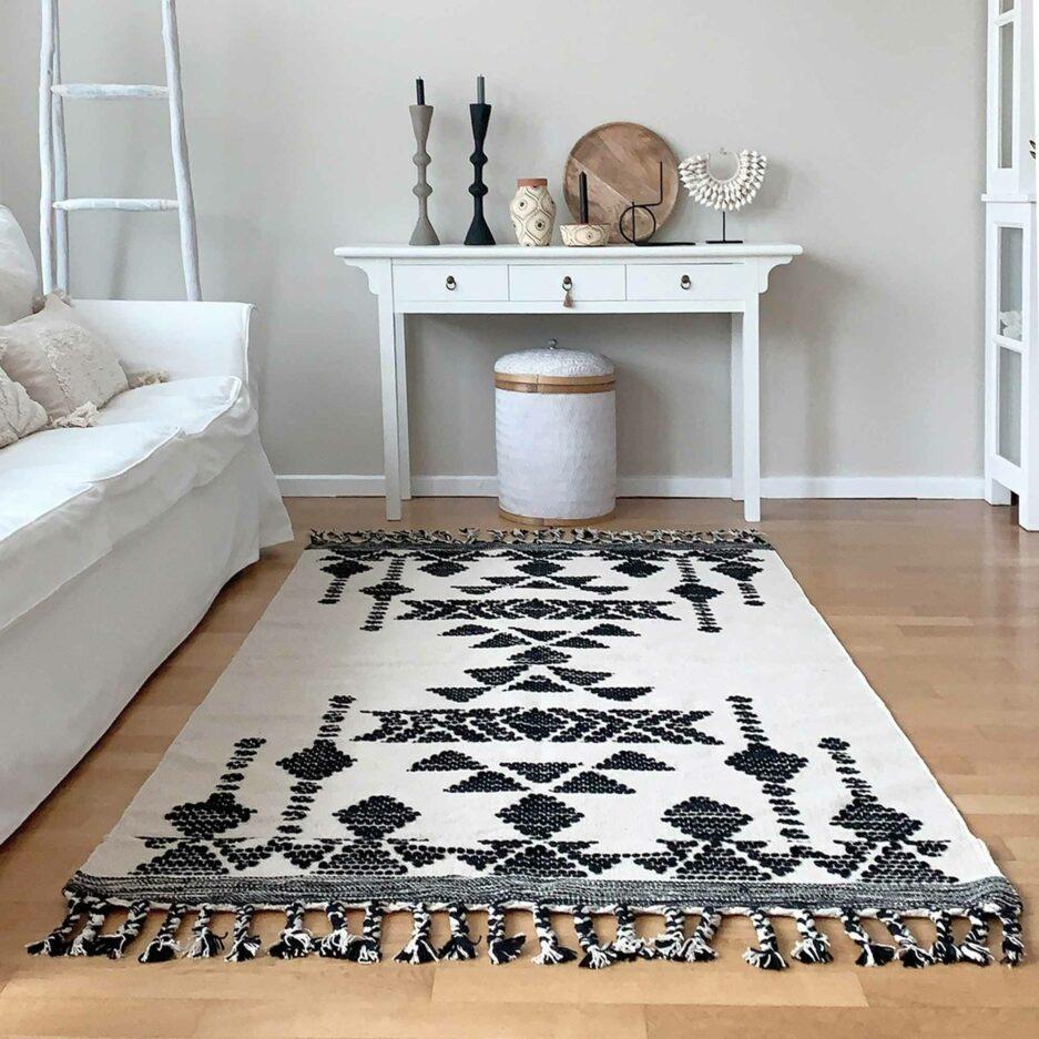 Skandinavischer Teppich in Schwarz & Off-White mit Fransen & Ethno Muster ♥ Skandinavischen MadamStoltz Teppich kaufen ♥ Soulbirdee Onlineshop