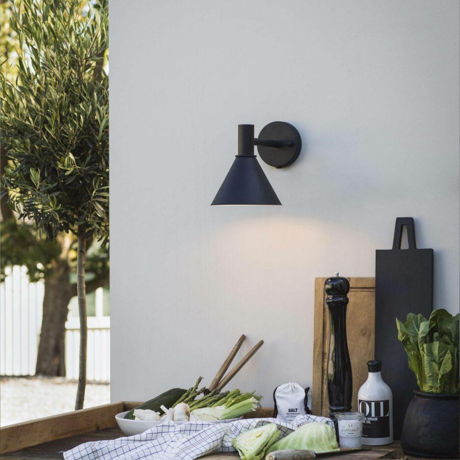 Wandleuchte für den Garten in Schwarz & Grau aus Metall von der Marke PR Home. Gartenlampen im skandinavischen Wohnstil bei Soulbirdee kaufen