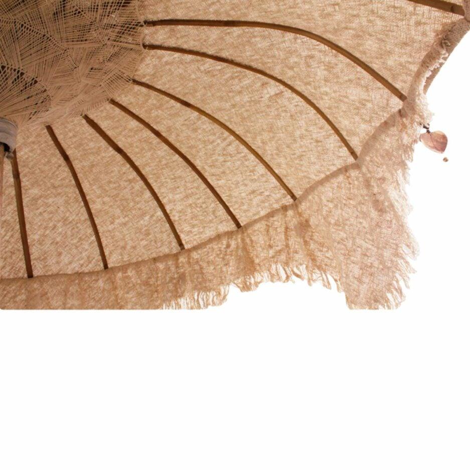 Untersicht des Bali Beach Sonnenschirm mit Schirm in Beige und Stange aus Teak-Holz ♥ Boho Wohndeko kaufen bei Soulbirdee Onlineshop