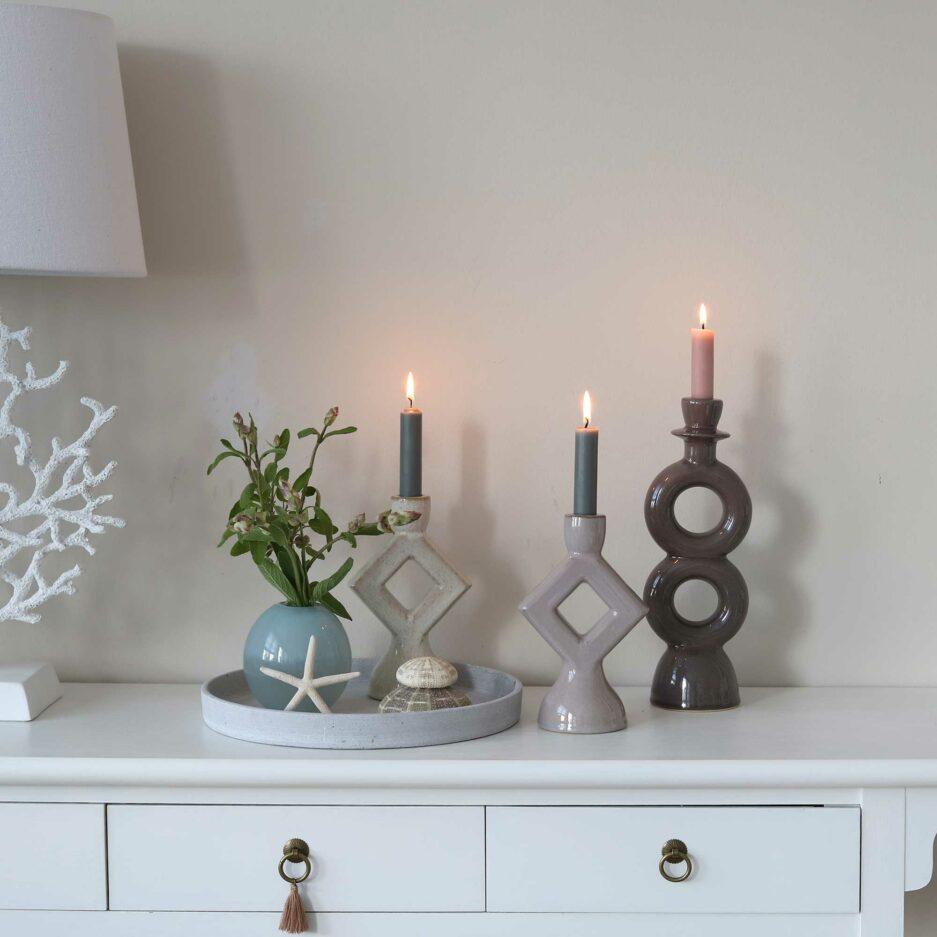 Dekoration von skandinavischen Kerzenhaltern in Grau Nuancen, zusammen dekoriert im Soulbirdee Onlineshop