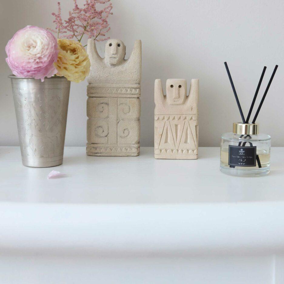 Raumduft mit Sumba Figur uns silberner Vase