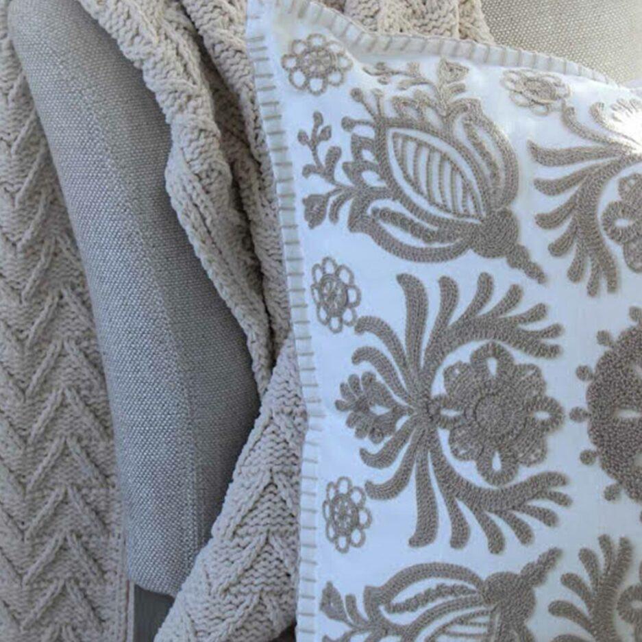 Kissen im skandinavischen Stil mit Details