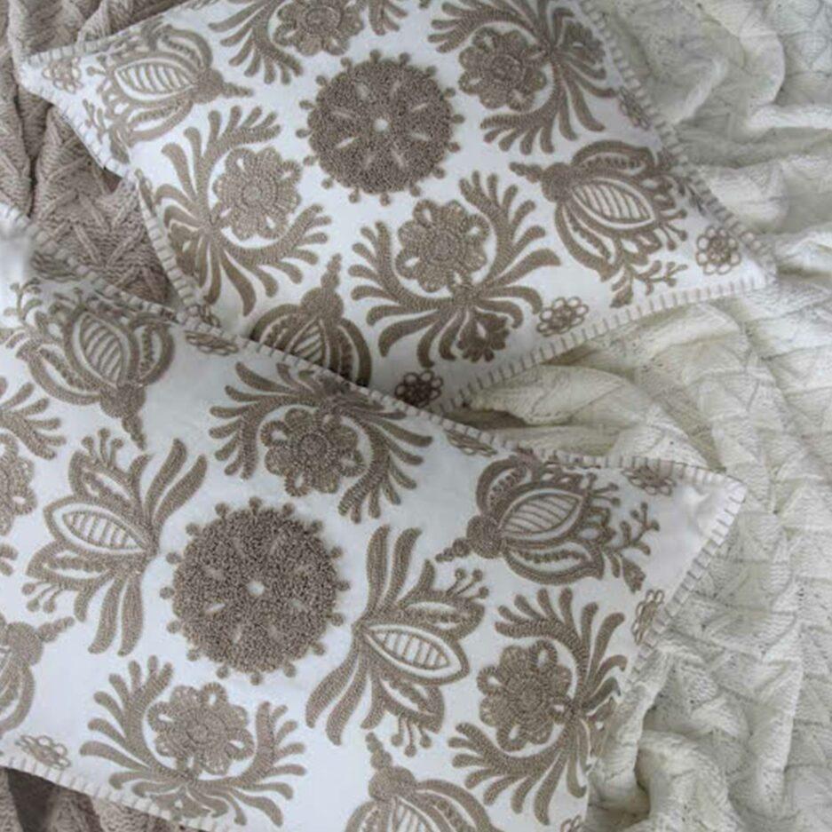 Kissen im skandinavischen Wohnstil in hellen Natur Nuancen mit einem floralen Muster ♥ Skandi Kissen kaufen im Soulbirdee Onlineshop