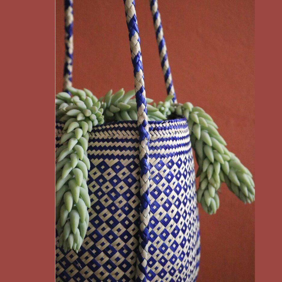 Gemusterte Pflanzenampel ♥ Gewebte Pflanzen Hängedeko aus Palmfaser ♥ aus Mexiko ♥ Boho Dekoration online kaufen ♥ Soulbirdee Onlineshop