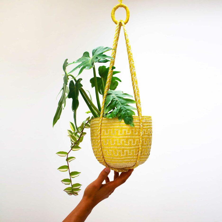 Gelbe Mexikanische Pflanzenampel ♥ Gewebte Pflanzen Hängedeko aus Palmfaser ♥ aus Mexiko ♥ Boho Dekoration online kaufen ♥ Soulbirdee Onlineshop